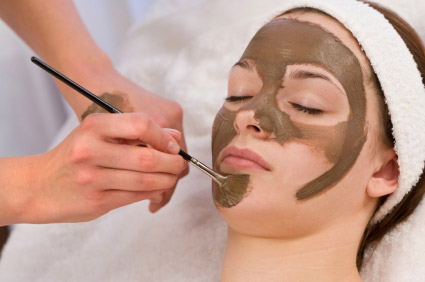 istockphoto_7133591-woman-having-chocolate-face-mask-applied-by-beautician-at-spa